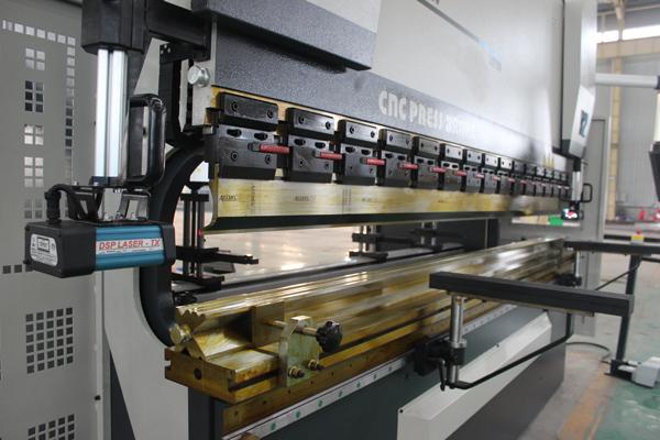 آلة الثني الهيدروليكية CNC بـ 4 محاور